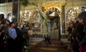 Πάσχα 2016 – Χίος: Ο ιερέας που τράβηξε τα βλέμματα στην πρώτη Ανάσταση (video)