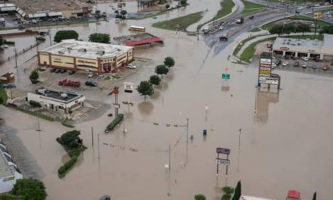 Φονικές πλημμύρες στο Τέξας: Το νερό «κατάπιε» δρόμους και στέγες (vid)