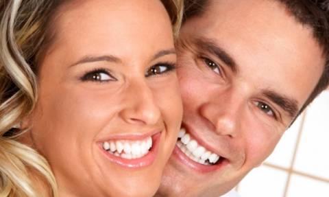 Λευκά δόντια: Με ποιους τρόπους θα τα αποκτήσετε