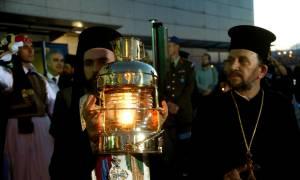 Πάσχα 2016: Με λαμπρότητα η υποδοχή του Αγίου Φωτός στην Κρήτη