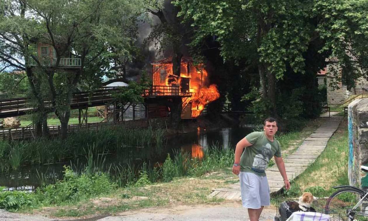 Ανήμερα του Πάσχα πήρε φωτιά το σπίτι του Άη Βασίλη στα Τρίκαλα! (pics+vid)