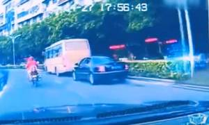 Βίντεο - σοκ: Κοριτσάκι δύο ετών πέφτει από παράθυρο λεωφορείου σε πολυσύχναστο δρόμο