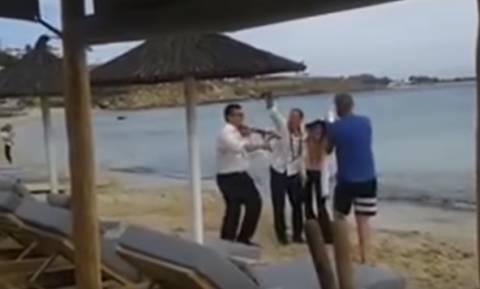 Χαμός στη Μύκονο: Ο τραγουδιστής που παρέσυρε τουρίστρια στη θάλασσα (video)