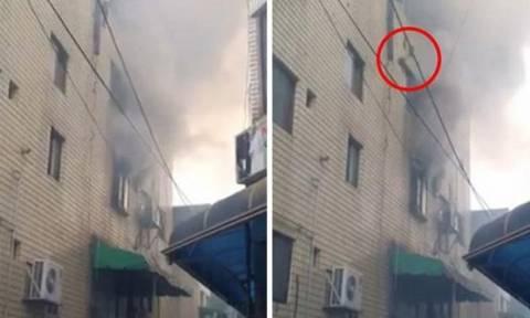 Βίντεο σοκ: Μητέρα πηδάει με τα παιδιά της από τον τέταρτο όροφο φλεγόμενου κτηρίου
