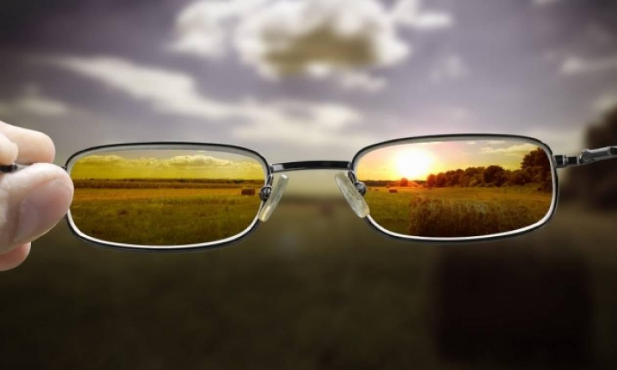 Το απίστευτο κόλπο για να βλέπετε καθαρά χωρίς γυαλιά! (βίντεο)