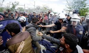 Ένταση ξανά στην Ειδομένη: Επεισοδιακή διαμαρτυρία προσφύγων στο φράχτη της ουδέτερης ζώνης (pics)