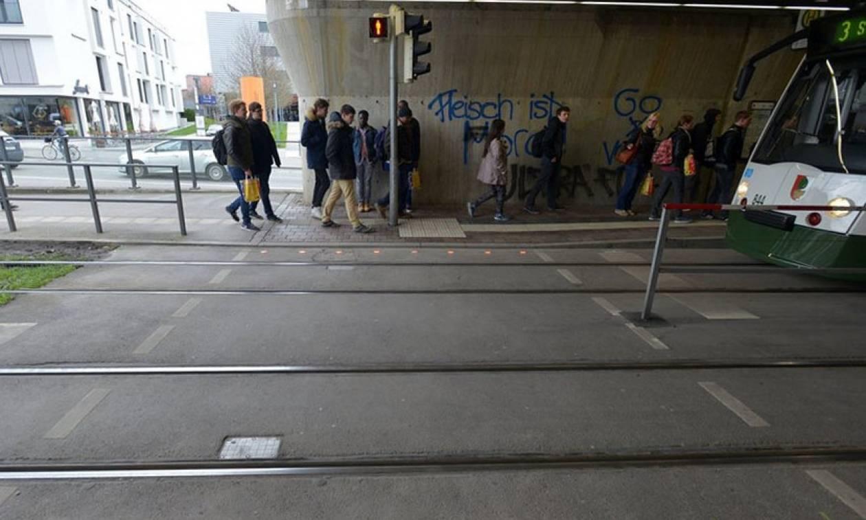 Γερμανία: Φανάρια στο έδαφος για τους πεζούς που… χαζεύουν στο κινητό τους! (pics+vid)
