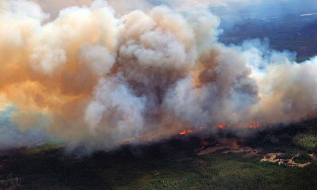 Δραματικές εικόνες: Συνεχίζει ανεξέλεγκτη η φωτιά στον Καναδά (pics+vid)