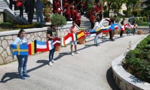 Καβάλα: Κασκόλ 15 μέτρων «αγκάλιασε» το δημαρχείο για την Ημέρα της Ευρώπης (vid)