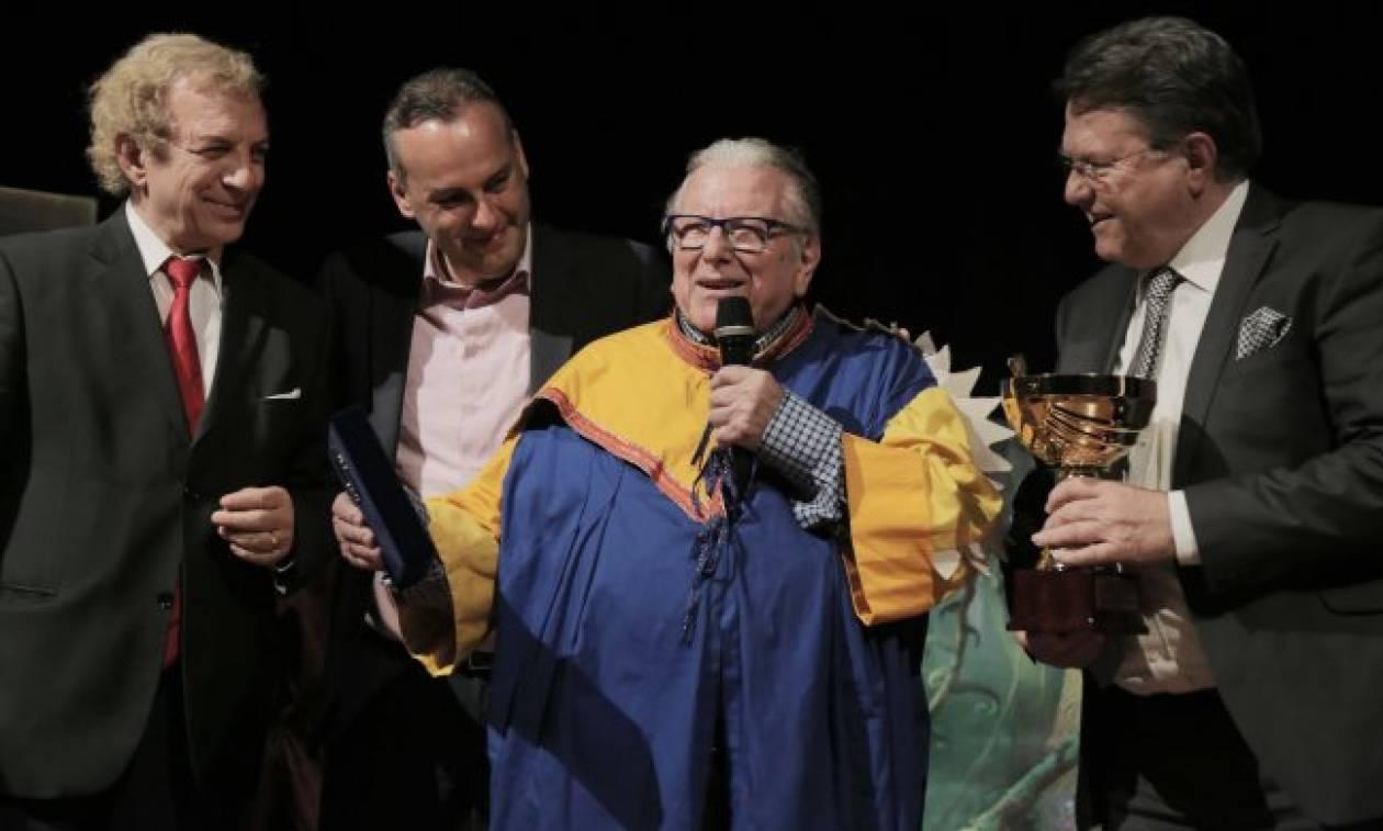 Ο κ. Σοφοκλής Ξυνής βράβευσε το μεγάλο Έλληνα ηθοποιό Κώστα Βουτσά