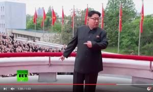 Το βίντεο που θα μείνει στην ιστορία: H συγχρονισμένη... αποθέωση του Κιμ από χιλιάδες Κορεάτες