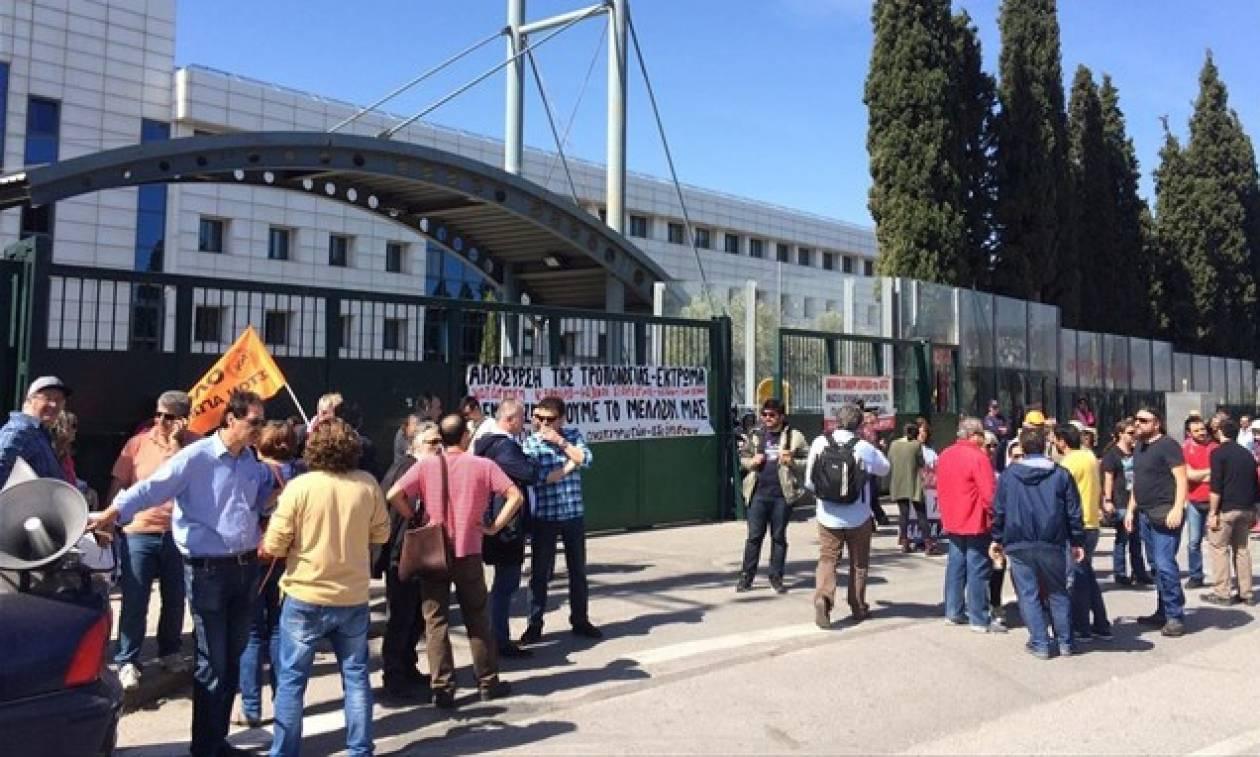 Στους δρόμους οι εκπαιδευτικοί - Συγκέντρωση διαμαρτυρίας έξω από το υπουργείο Παιδείας