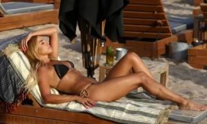 Αυτές οι Ελληνίδες στην παραλία κολάζουν ακόμα και τις… ξαπλώστρες! (photos)
