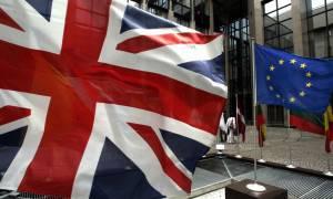 Βρετανία: Κλιμακώνουν τις εκστρατείες τους τα στρατόπεδα ενόψει του δημοψηφίσματος για την ΕΕ