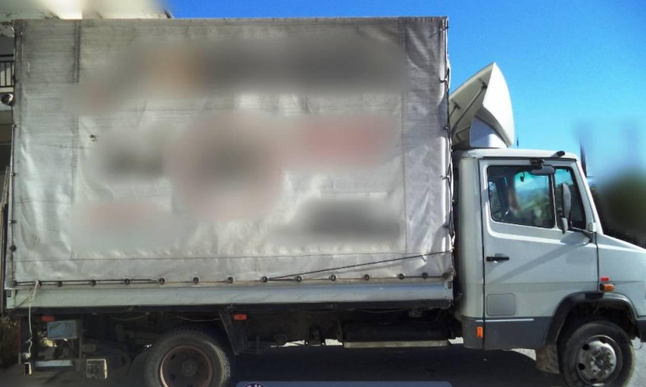 Έκρυψε 57 μετανάστες σε φορτηγό για να τους μεταφέρει από τον Έβρο στην Αθήνα