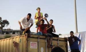 «Μπλόκο» μεταναστών στον δρόμο έξω από το κέντρο φιλοξενίας Ωραιοκάστρου