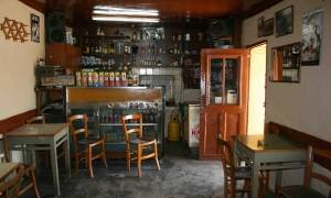 Η κυβέρνηση κλείνει μέχρι και τα καφενεία στα χωριά
