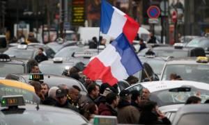 Παραλύει η Γαλλία από τις απεργιακές κινητοποιήσεις
