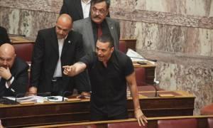 Χαμός στη Βουλή - Κασιδιάρης: Βλάκα, καραγκιόζη – Μπαλαούρας: Δεν σε φοβάμαι (vid)