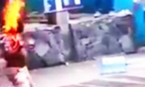 Βίντεο - Σoκ: Τον περιέλουσαν με βενζίνη και τον έκαψαν ζωντανό για 4,5 ευρώ