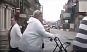 Έγινε κι αυτό! Τι μπορεί να κουβαλάει μια γιαγιά μέσα στο καρότσι με τα ψώνια; (video)