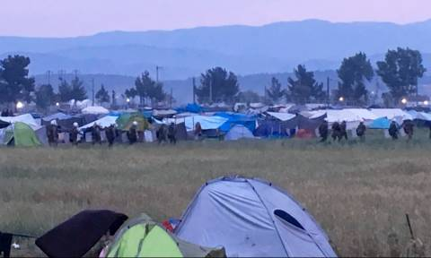 Greece begins moving migrants from Idomeni camp