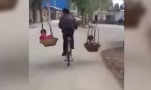 Viral Video: Παράτολμος πατέρας μεταφέρει τα παιδιά του με τον πιο ανορθόδοξο τρόπο