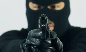 Κόρινθος: Άγνωστοι με κουκούλες και όπλα λήστεψαν πελάτες και κατάστημα στους Αγ. Θεοδώρους
