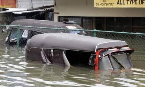 Σρι Λάνκα: Ξεπέρασαν τους 100 οι νεκροί από τις φονικές πλημμύρες (videos)