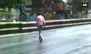 Απελπιστική κατάσταση! Λιώνουν και οι δρόμοι από την αφόρητη ζέστη στην Ινδία (vid)
