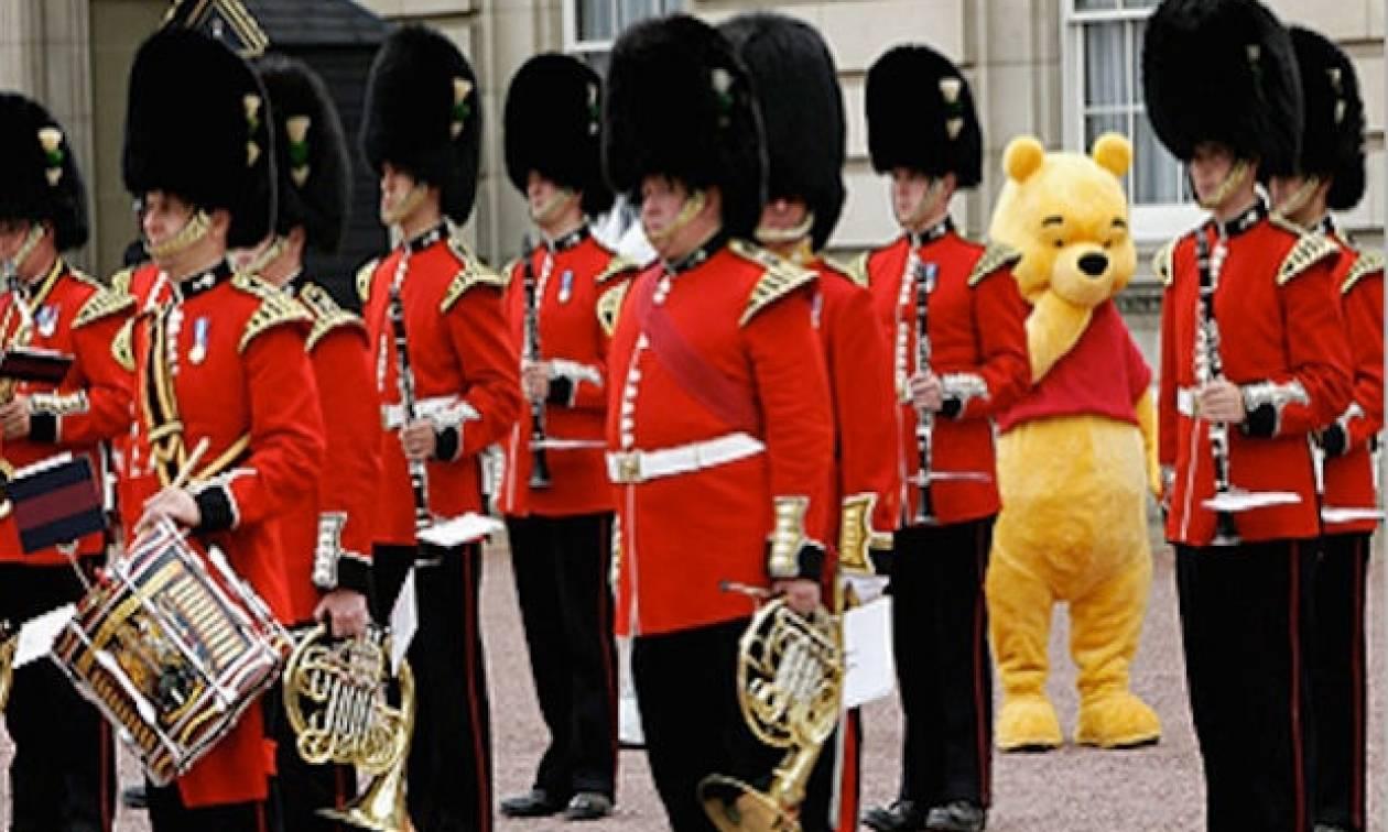 O Γουίνι το αρκουδάκι γίνεται 90 ετών και συναντά τη βασίλισσα Ελισάβετ! (vid)