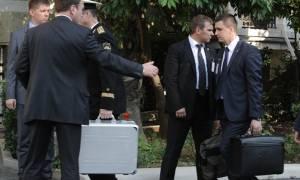 Δείτε τι περιέχει ο μυστηριώδης μαύρος χαρτοφύλακας που έφερε μαζί του και στην Ελλάδα ο Πούτιν