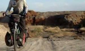 Δείτε με ποιο τρόπο μεταφέρει ένας πατέρας τα δύο του παιδιά - Δεν θα το πιστεύετε (βίντεο)