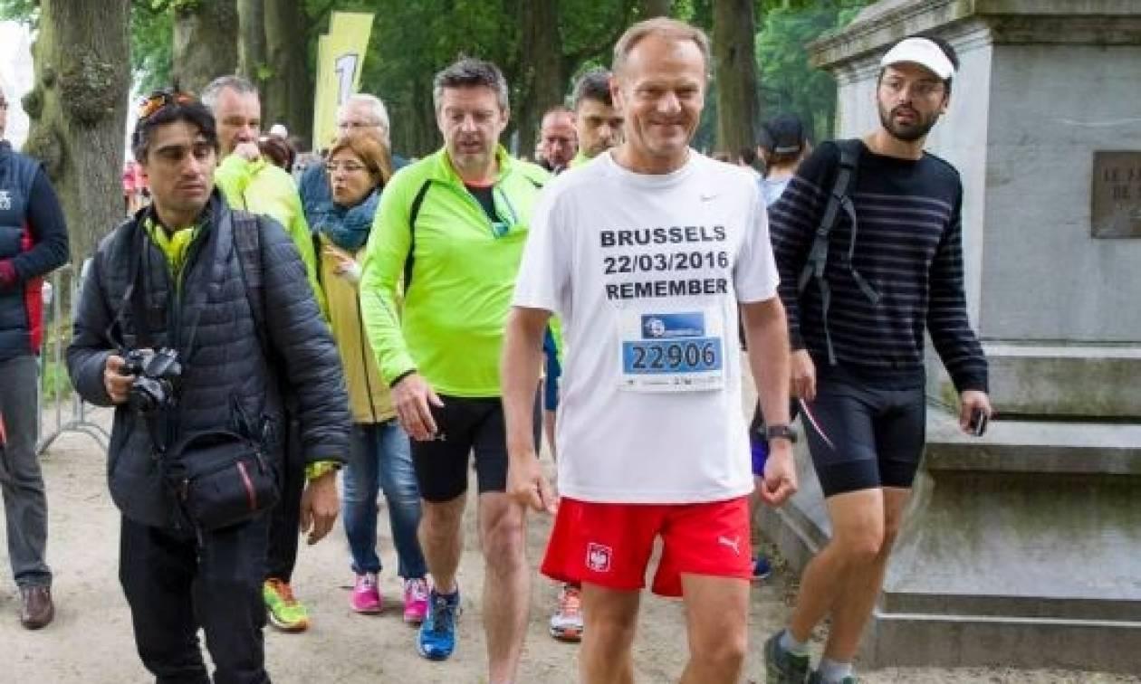 O Τουσκ έβαλε τα αθλητικά του και έτρεξε στη μνήμη των θυμάτων των επιθέσεων στις Βρυξέλλες (vid)