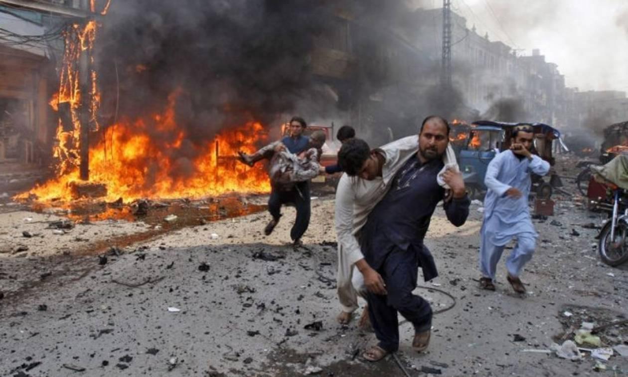 Τρόμος στο Πακιστάν: Αυτοκίνητο παγιδευμένο με εκρηκτικά εξερράγη στο Καράτσι (Vid)