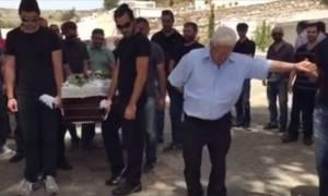 Κρήτη: Έστησαν χορό δίπλα απ΄ το φέρετρο για να αποχαιρετίσουν σπουδαίο λυράρη