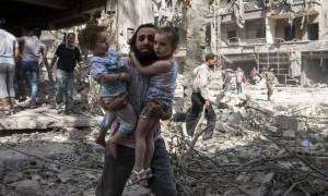 Δεκάδες νεκροί από μπαράζ βομβαρδισμών στην Ιντλίμπ της Συρίας (Vid)