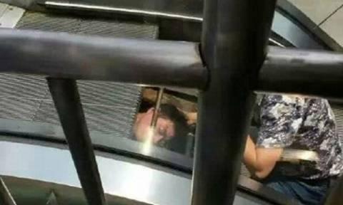 Σοκ: Κυλιόμενες σκάλες «καταπίνουν» άνδρα στην Κίνα (vid)