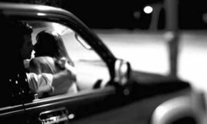 Η αστυνομία προειδοποιεί: Ποτέ σεξ στο αυτοκίνητο χωρίς... χειρόφρενο!