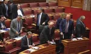 Χάος στη Βουλή: Άγρια κόντρα Θεοδωράκη - Τσίπρα για τις offshore