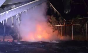 «Εμπόλεμη ζώνη» η Σάμος - Σοβαρά επεισόδια σε κέντρο φιλοξενίας μεταναστών (video)