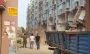 Απίστευτη κατεδάφιση: Έπεσε το κτίριο και τους πλάκωσε (video)
