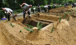 Σκάψτε για τη νίκη! Ασυνήθιστος διαγωνισμός μόνο για... νεκροθάφτες (vid)