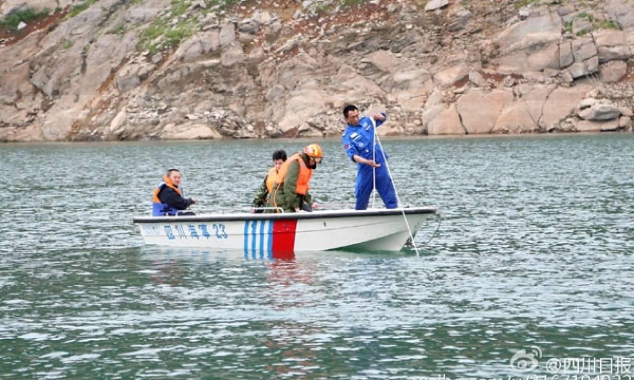 Σκάφος αναψυχής ανατράπηκε σε λίμνη - Ένα παιδί ανασύρθηκε νεκρό και 14 άτομα αγνοούνται