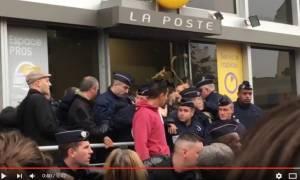 Γαλλία: Διαδηλωτές πέταξαν αυγά στον υπουργό Οικονομικών Εμμανουέλ Μακρόν (Vids)