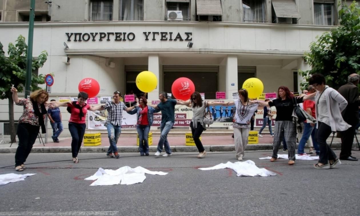 «Έρανος» και χοροί έξω από το υπουργείο Υγείας από τους εργαζόμενους στα δημόσια νοσοκομεία