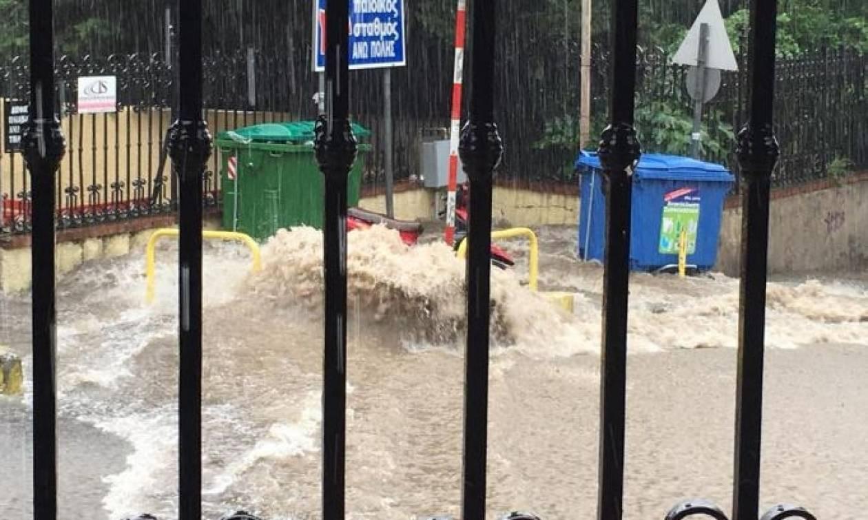 Θεσσαλονίκη: Μεγάλα προβλήματα από τη νεροποντή - Nταλίκα «δίπλωσε» στην Εθνική Οδό (pics-vid)
