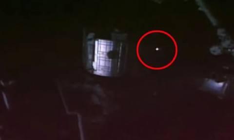 Τρομακτικό βίντεο από το Διεθνή Διαστημικό Σταθμό: Φλεγόμενο UFO κατευθύνεται προς τη Γη;