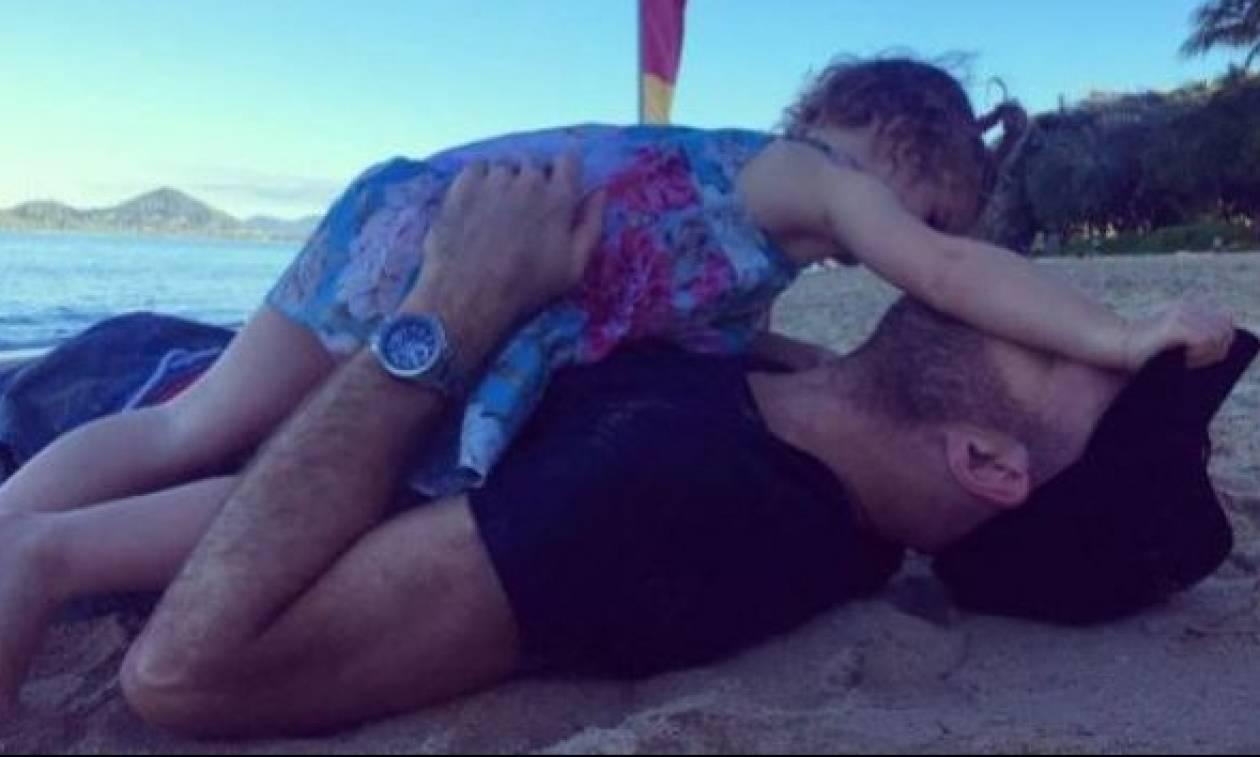 Πρωινά παιχνίδια στην άμμο με τον μπαμπά της!