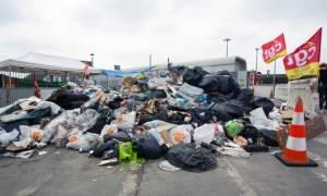 Παρίσι: «Βυθίζεται» στα σκουπίδια το Euro 2016 – Παράταση στην απεργία των οδοκαθαριστών (video)